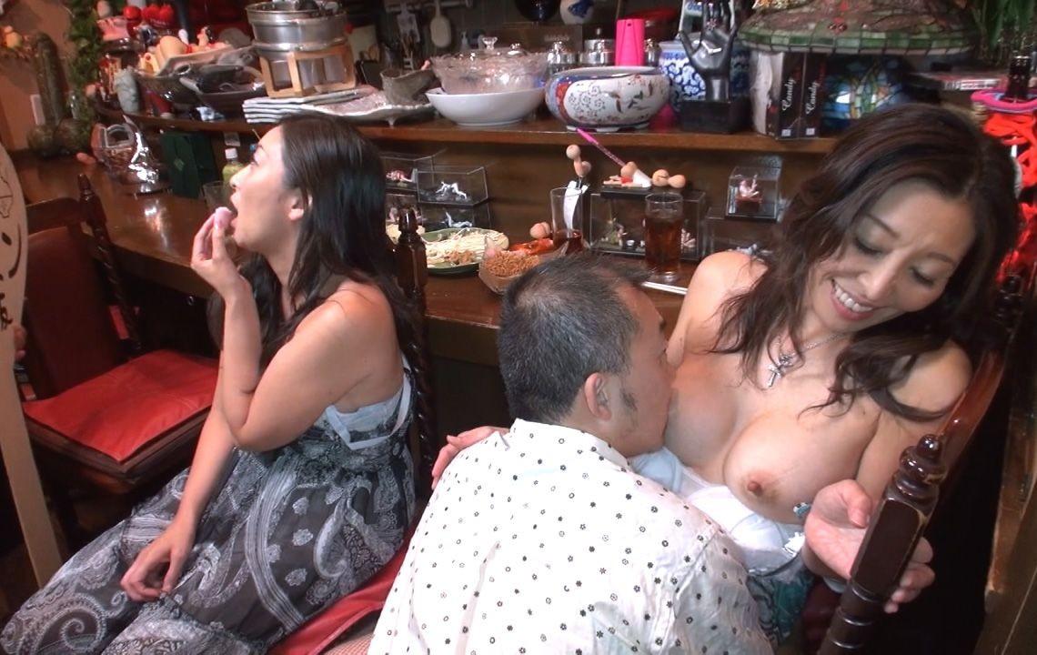 【おっぱいエロ画像】見たら舐めて吸うのが礼儀の乳首弄りタイムwww 16
