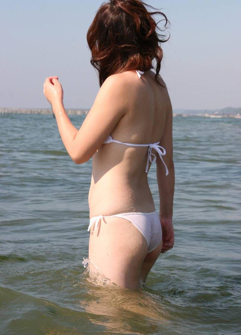 【水着エロ画像】夕方の日焼け完了後は半ケツチャンスが…ビキニを履いたムッチリ尻www 11