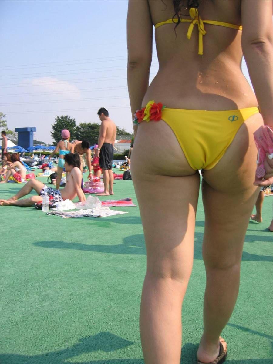 【水着エロ画像】夕方の日焼け完了後は半ケツチャンスが…ビキニを履いたムッチリ尻www 15