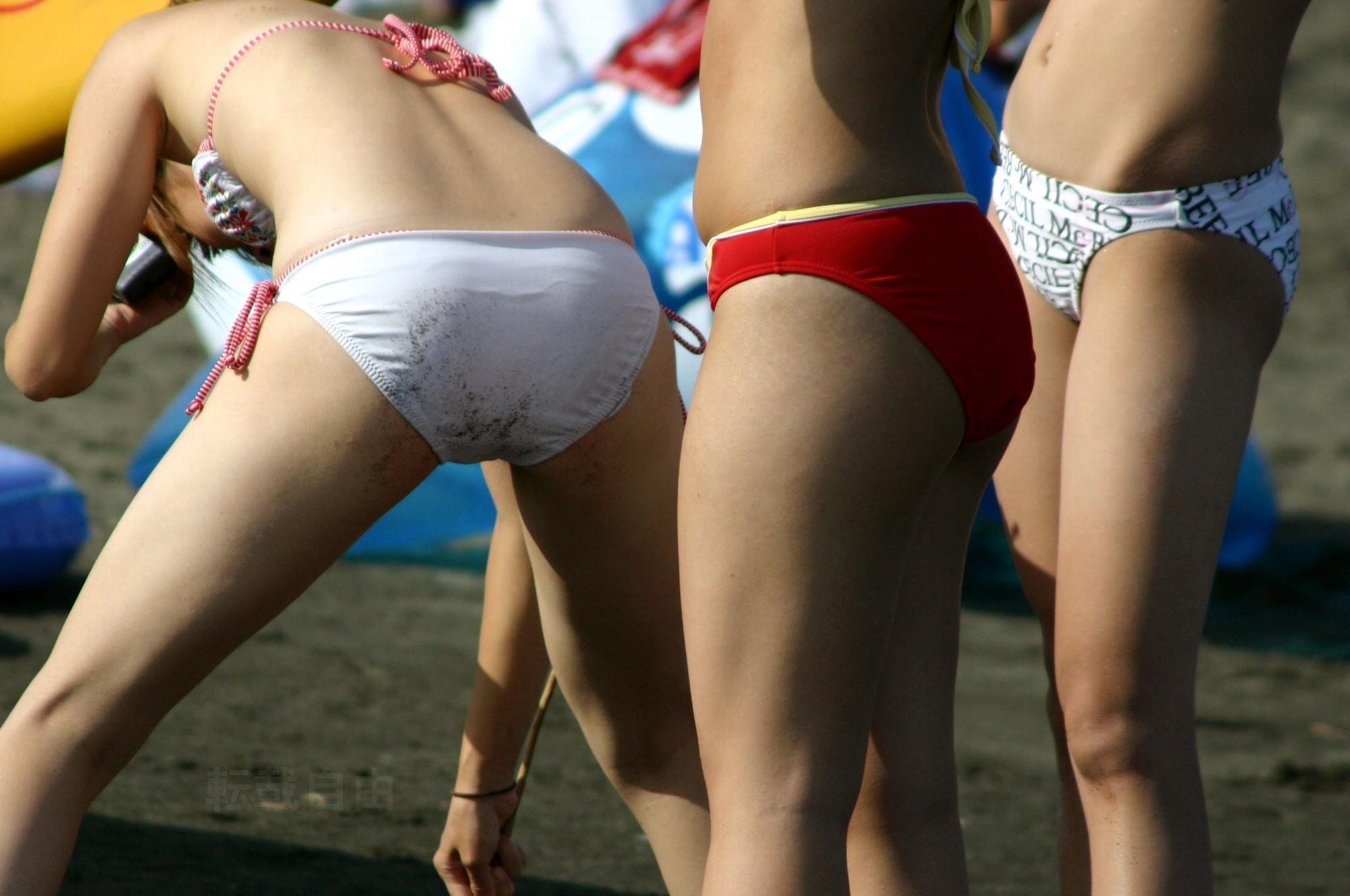 【水着エロ画像】夕方の日焼け完了後は半ケツチャンスが…ビキニを履いたムッチリ尻www 21