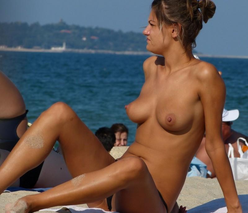 【海外エロ画像】パンツ脱いでなくても歓迎w美乳見放題のヌーディストビーチwww 01