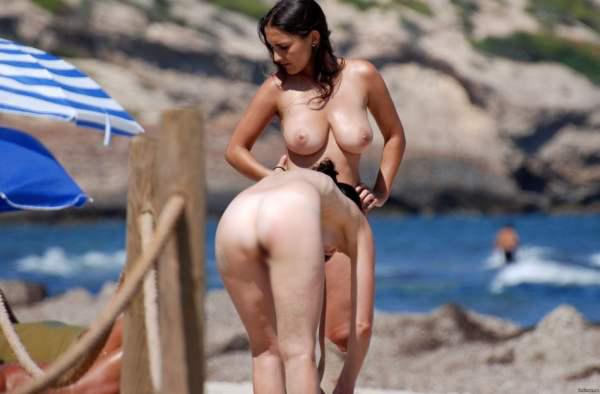 【海外エロ画像】パンツ脱いでなくても歓迎w美乳見放題のヌーディストビーチwww 23