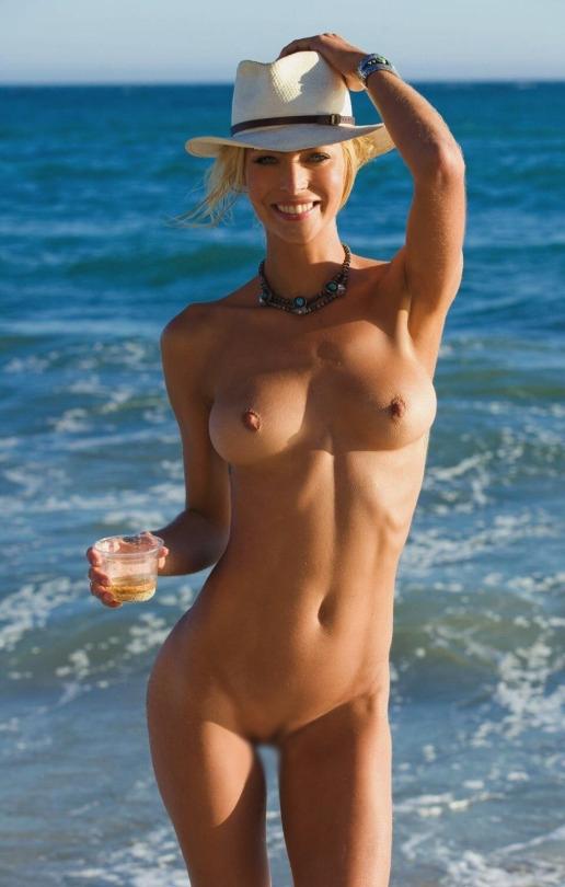 【海外エロ画像】パンツ脱いでなくても歓迎w美乳見放題のヌーディストビーチwww 28