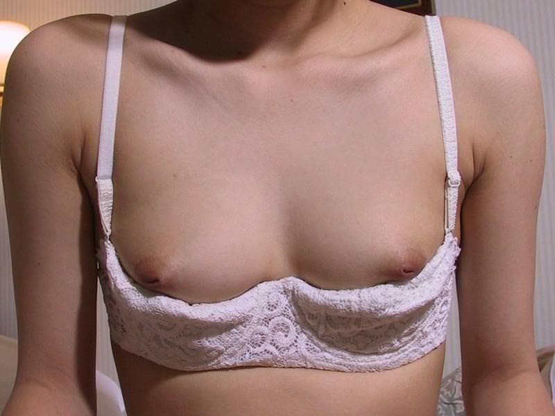 【乳首エロ画像】どんなに強く弄っても1/3も出てくれない陥没乳首www 13