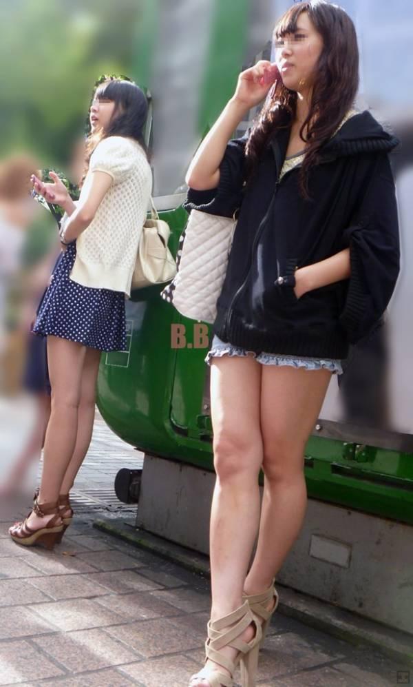 【美脚エロ画像】ある意味半分は裸w街角ショーパン女子のそそる美脚www 02