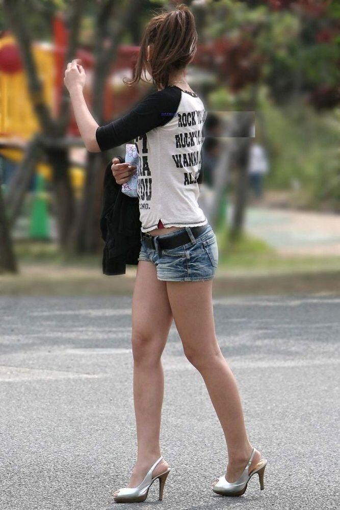 【美脚エロ画像】ある意味半分は裸w街角ショーパン女子のそそる美脚www 05
