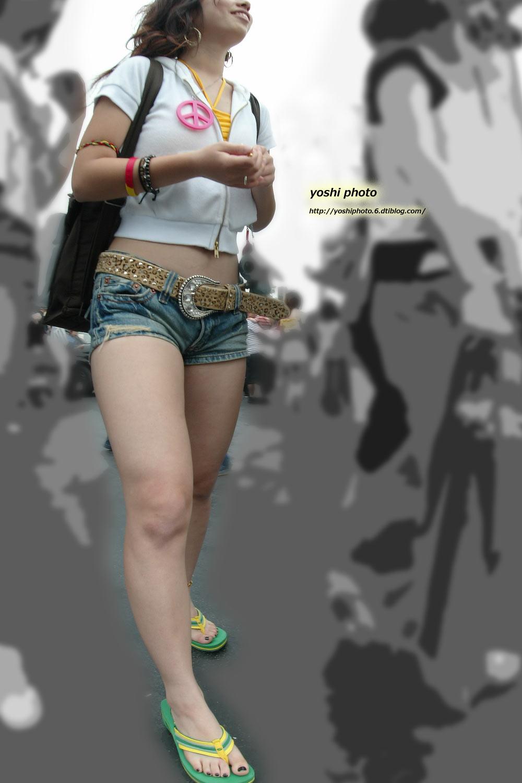 【美脚エロ画像】ある意味半分は裸w街角ショーパン女子のそそる美脚www 06