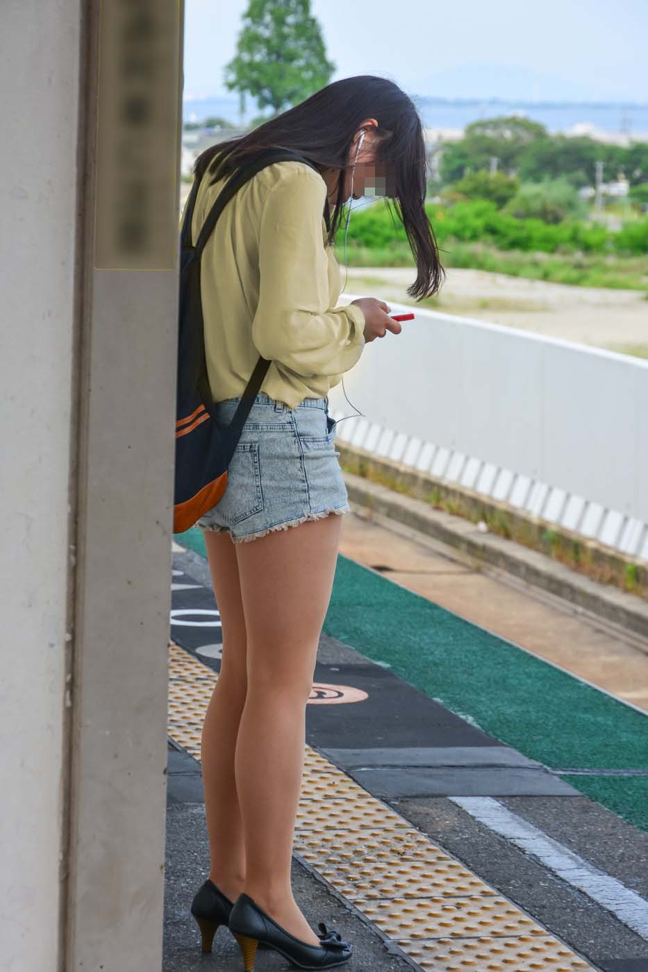 【美脚エロ画像】ある意味半分は裸w街角ショーパン女子のそそる美脚www 07