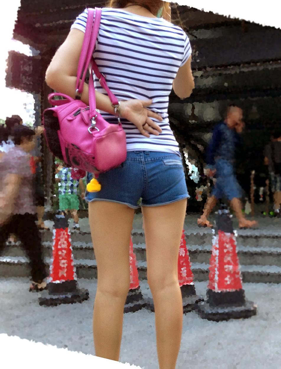 【美脚エロ画像】ある意味半分は裸w街角ショーパン女子のそそる美脚www 15