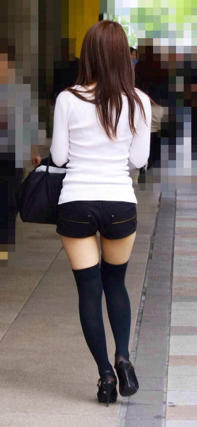 【美脚エロ画像】ある意味半分は裸w街角ショーパン女子のそそる美脚www 18