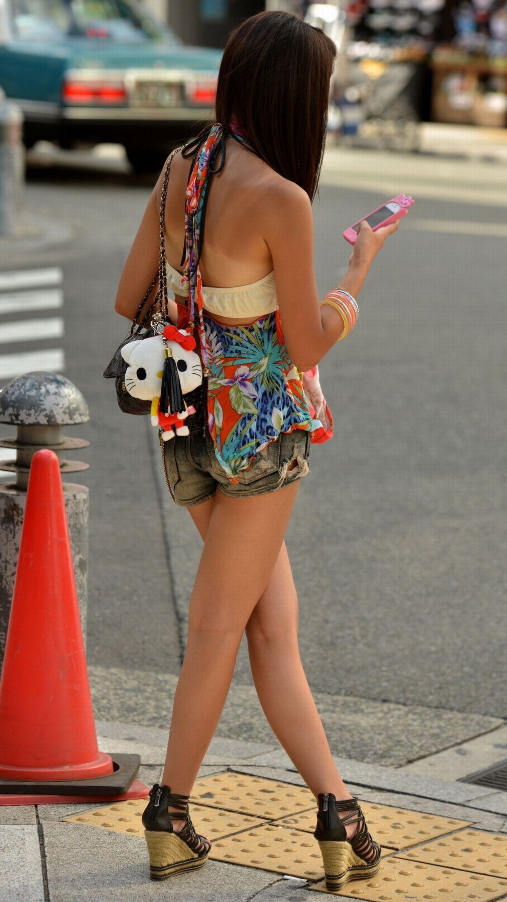 【美脚エロ画像】ある意味半分は裸w街角ショーパン女子のそそる美脚www 22
