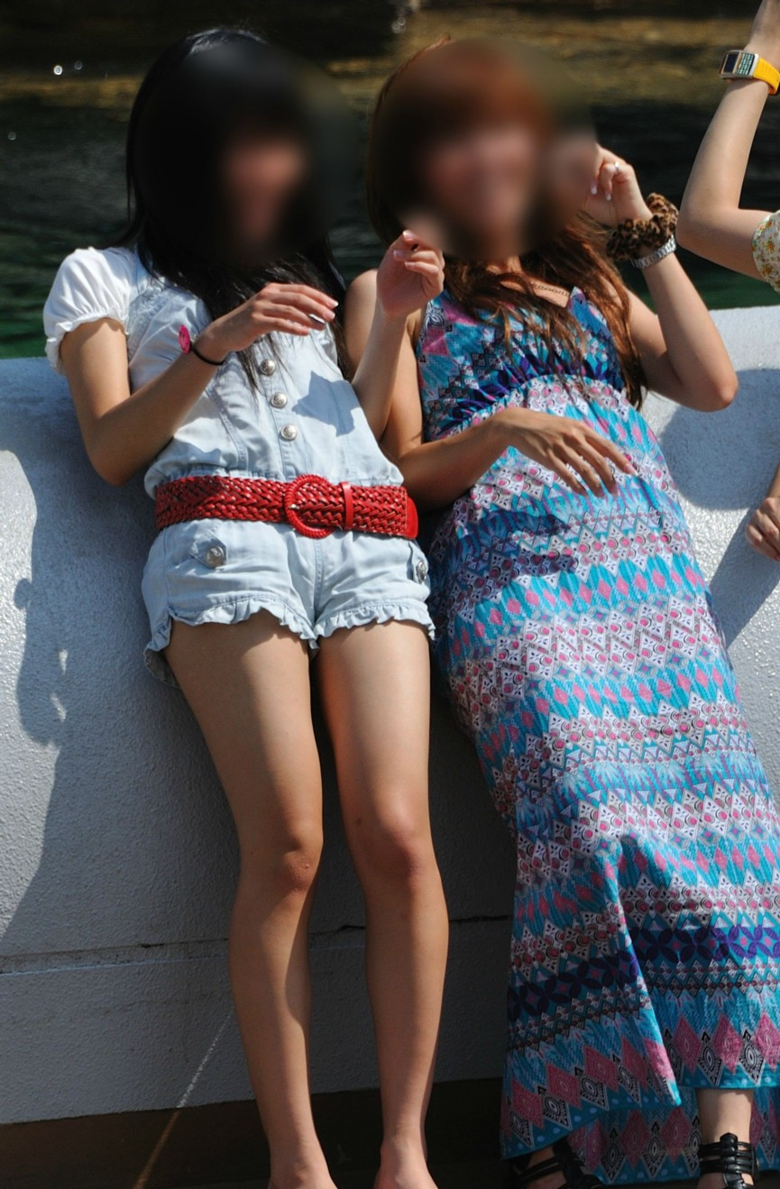 【美脚エロ画像】ある意味半分は裸w街角ショーパン女子のそそる美脚www 24