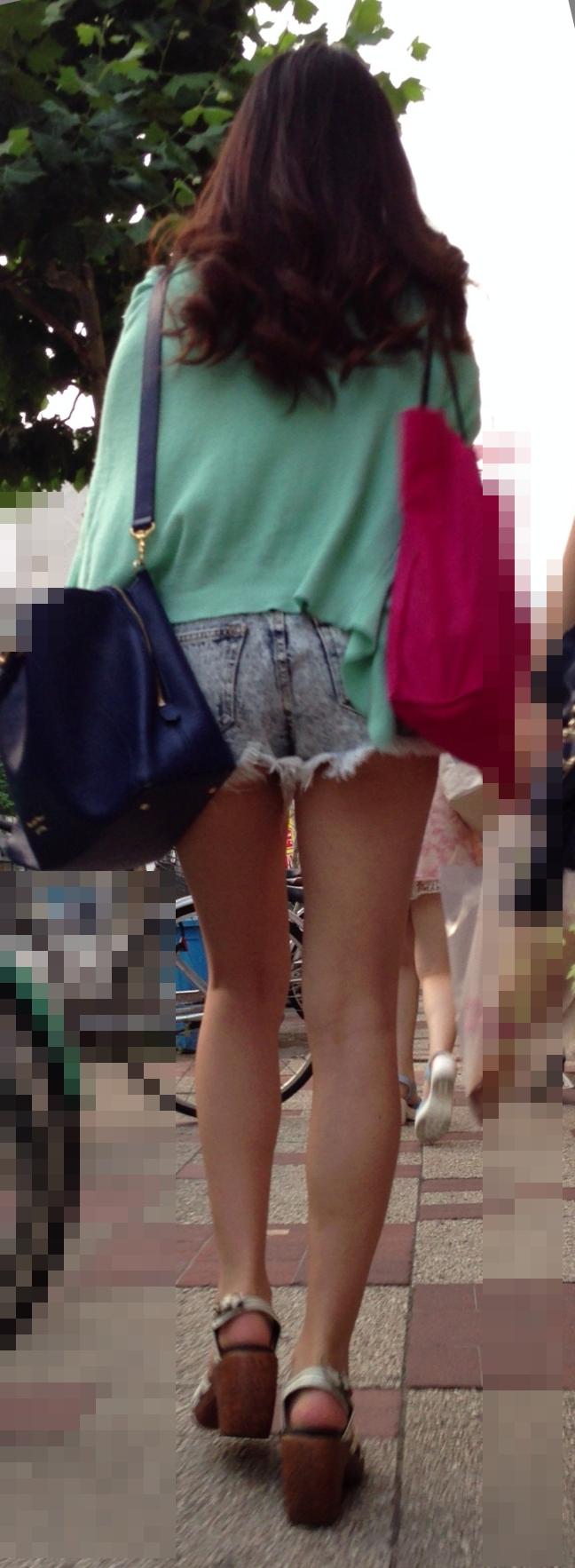【美脚エロ画像】ある意味半分は裸w街角ショーパン女子のそそる美脚www 25