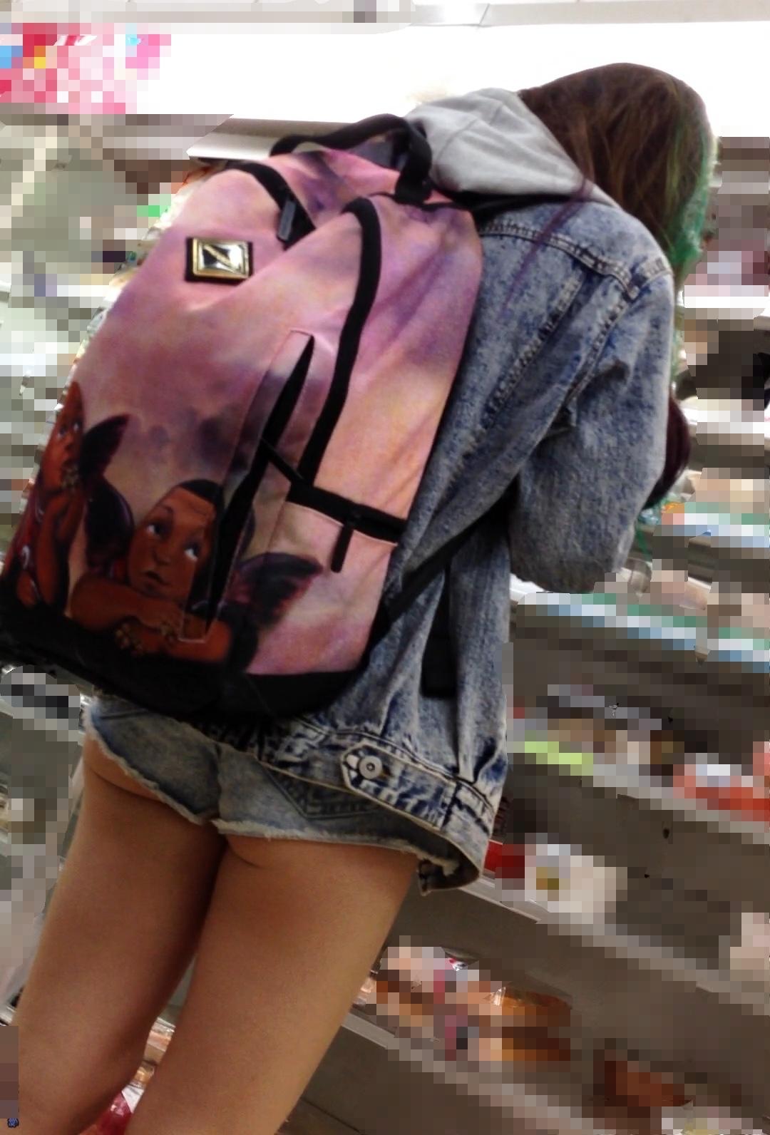 【美脚エロ画像】ある意味半分は裸w街角ショーパン女子のそそる美脚www 26
