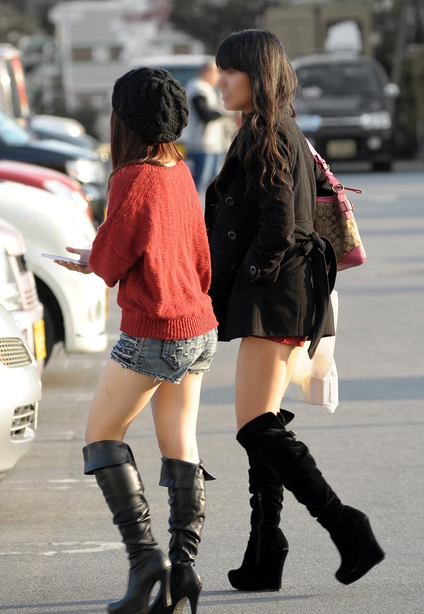 【美脚エロ画像】ある意味半分は裸w街角ショーパン女子のそそる美脚www 29