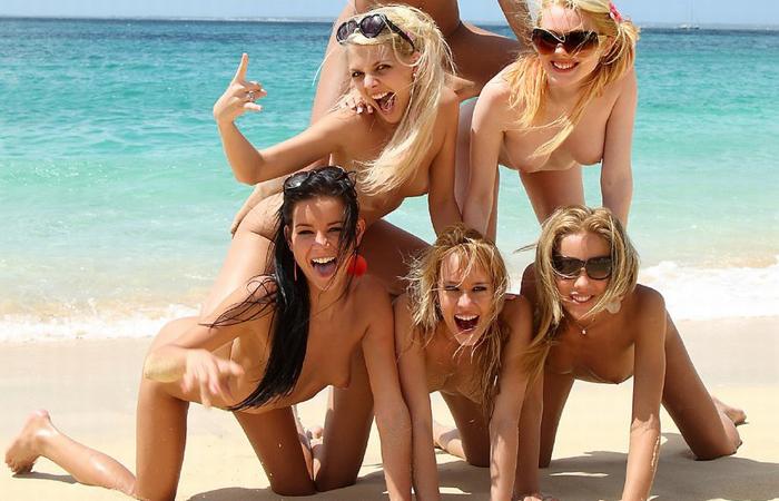 【海外エロ画像】皆で脱げば平気…団結力の侮れない海外全裸集団www 001