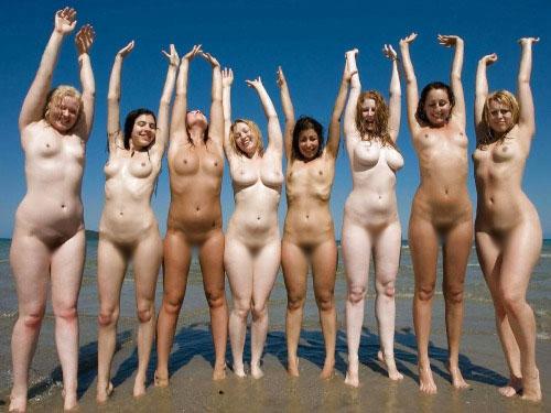 【海外エロ画像】皆で脱げば平気…団結力の侮れない海外全裸集団www 08