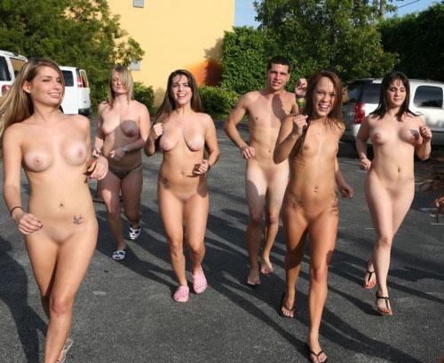 【海外エロ画像】皆で脱げば平気…団結力の侮れない海外全裸集団www 11