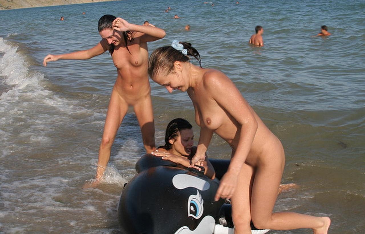 【海外エロ画像】皆で脱げば平気…団結力の侮れない海外全裸集団www 13