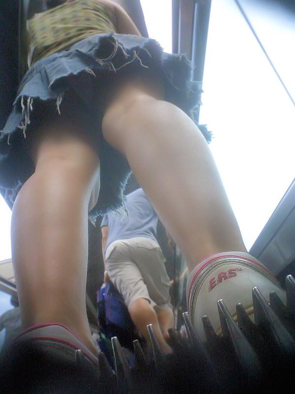 【パンチラエロ画像】見たい欲望抑えきれずに見上げた!ローアングルの眺めは最高www 12