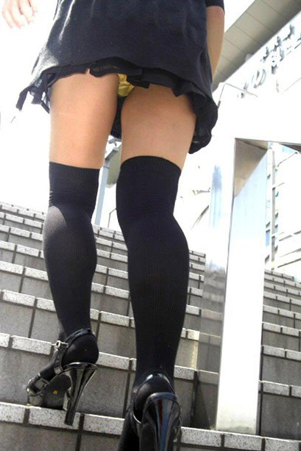 【パンチラエロ画像】見たい欲望抑えきれずに見上げた!ローアングルの眺めは最高www 14