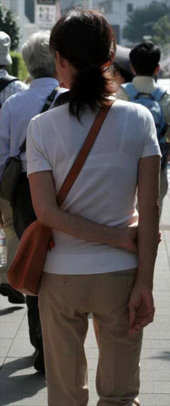 【透けブラエロ画像】ホックを数えて前に期待w街角の気になる透けブラ観察www 21