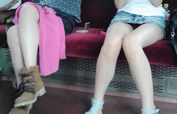 【パンチラエロ画像】対面に来い来いミニスカ…電車で待ち伏せミニスカパンチラwww 001