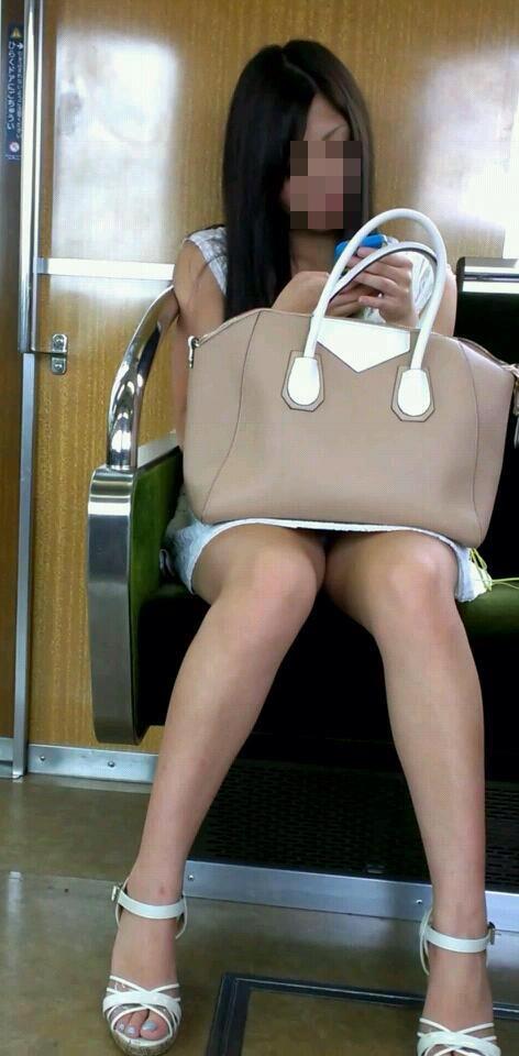 【パンチラエロ画像】対面に来い来いミニスカ…電車で待ち伏せミニスカパンチラwww 04