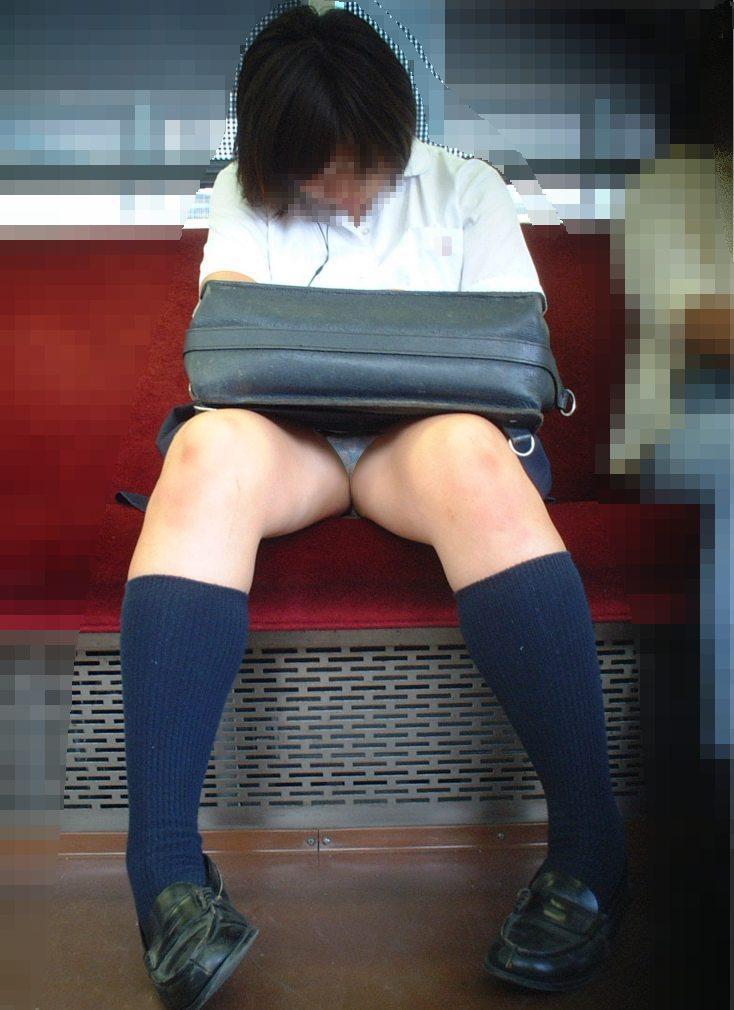 【パンチラエロ画像】対面に来い来いミニスカ…電車で待ち伏せミニスカパンチラwww 06