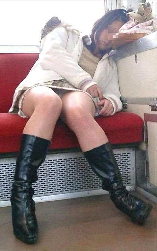 【パンチラエロ画像】対面に来い来いミニスカ…電車で待ち伏せミニスカパンチラwww 11