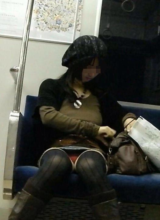 【パンチラエロ画像】対面に来い来いミニスカ…電車で待ち伏せミニスカパンチラwww 15