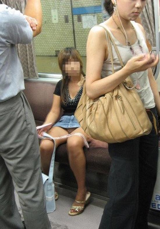 【パンチラエロ画像】対面に来い来いミニスカ…電車で待ち伏せミニスカパンチラwww 23