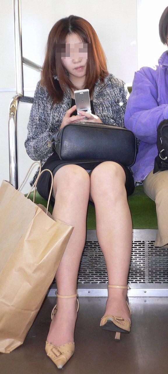 【パンチラエロ画像】対面に来い来いミニスカ…電車で待ち伏せミニスカパンチラwww 26