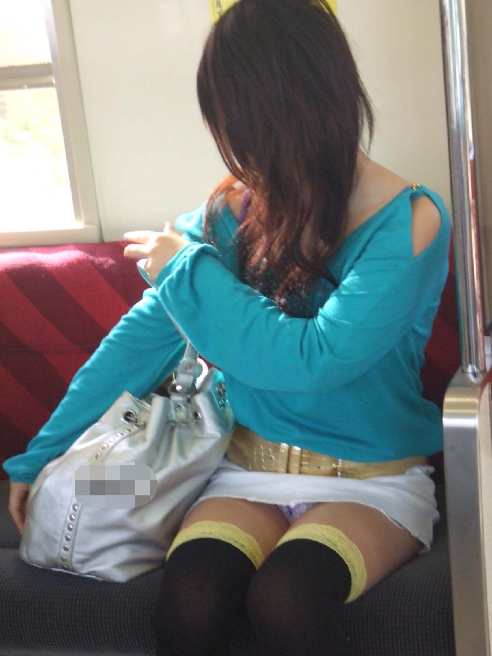 【パンチラエロ画像】対面に来い来いミニスカ…電車で待ち伏せミニスカパンチラwww 29