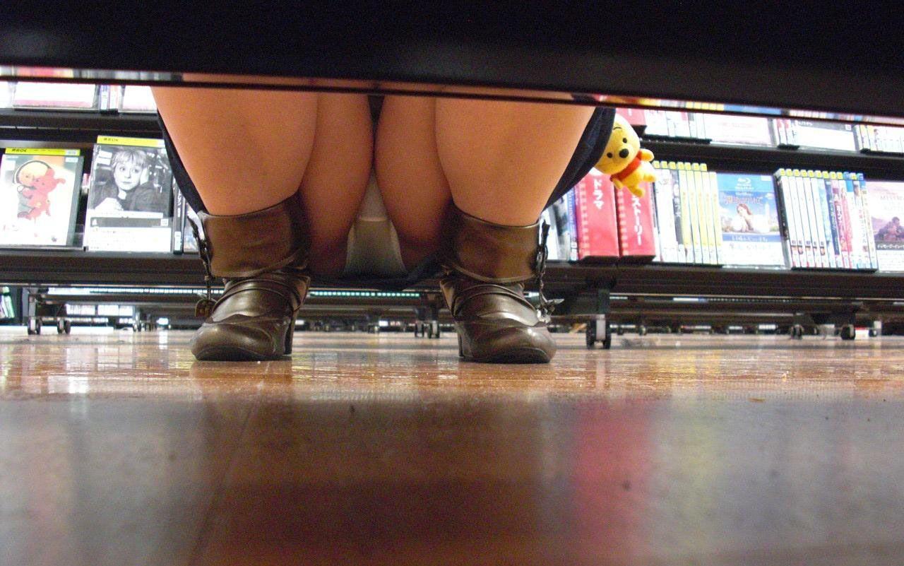 【パンチラエロ画像】お店の棚下から狙い撃つぜぇ!向こう側からミニスカチラwww 19