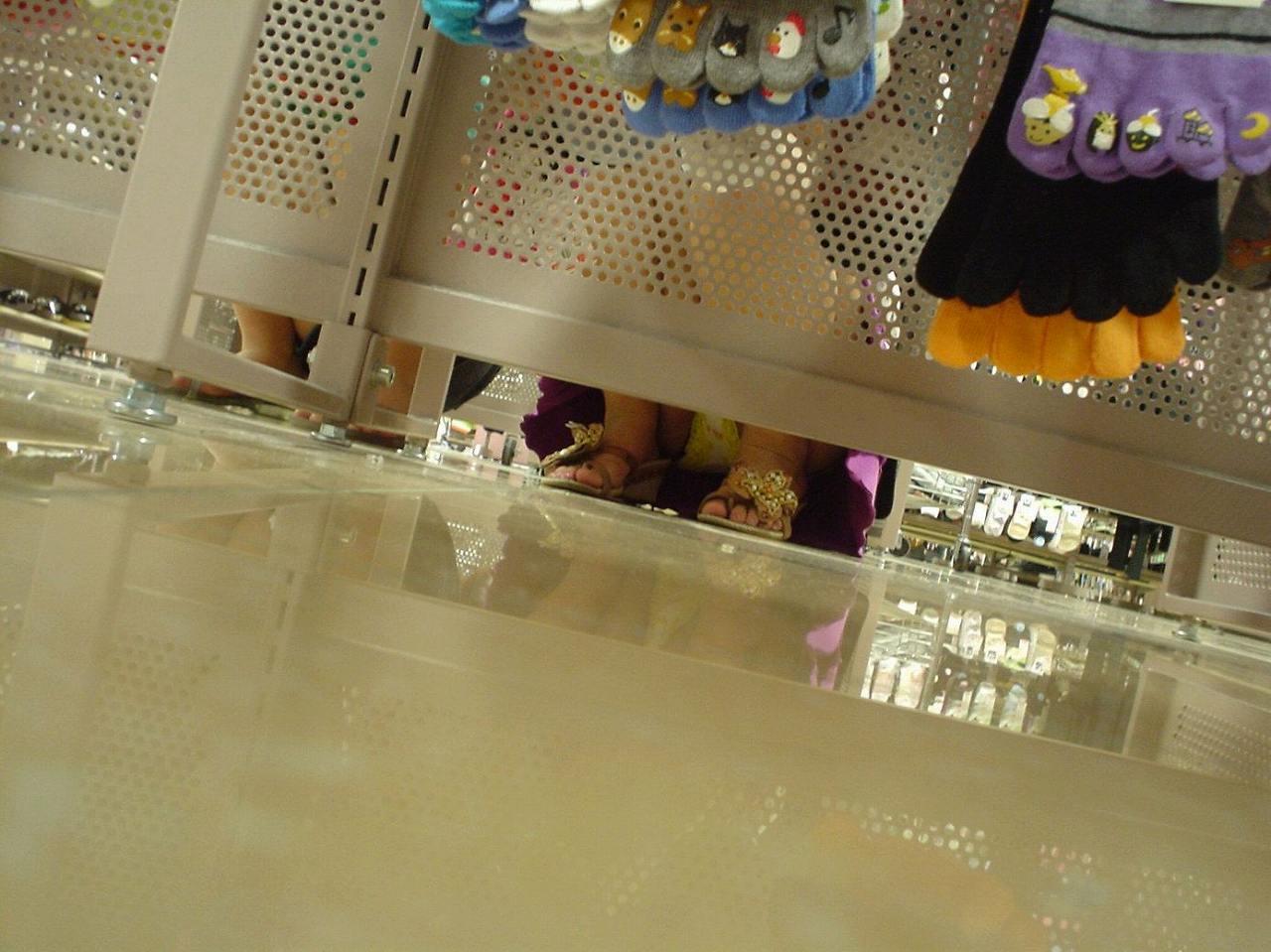 【パンチラエロ画像】お店の棚下から狙い撃つぜぇ!向こう側からミニスカチラwww 21