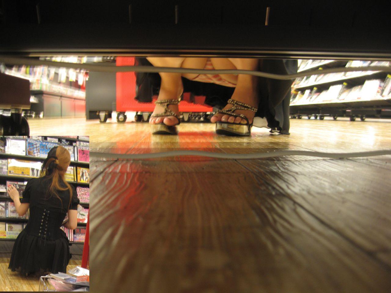 【パンチラエロ画像】お店の棚下から狙い撃つぜぇ!向こう側からミニスカチラwww 24