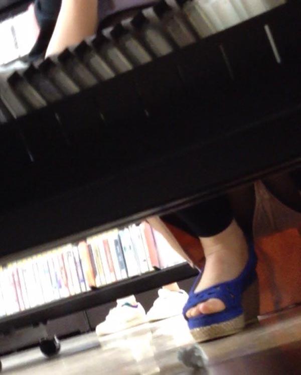 【パンチラエロ画像】お店の棚下から狙い撃つぜぇ!向こう側からミニスカチラwww 28