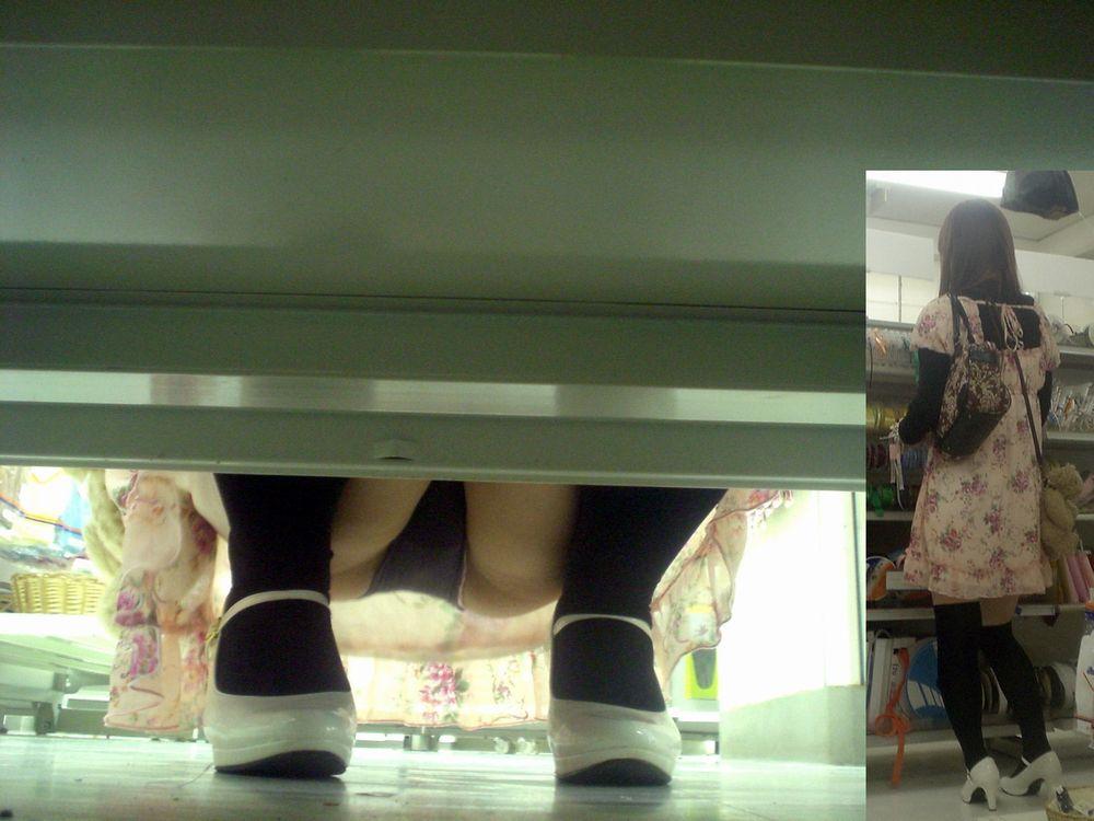 【パンチラエロ画像】お店の棚下から狙い撃つぜぇ!向こう側からミニスカチラwww 29