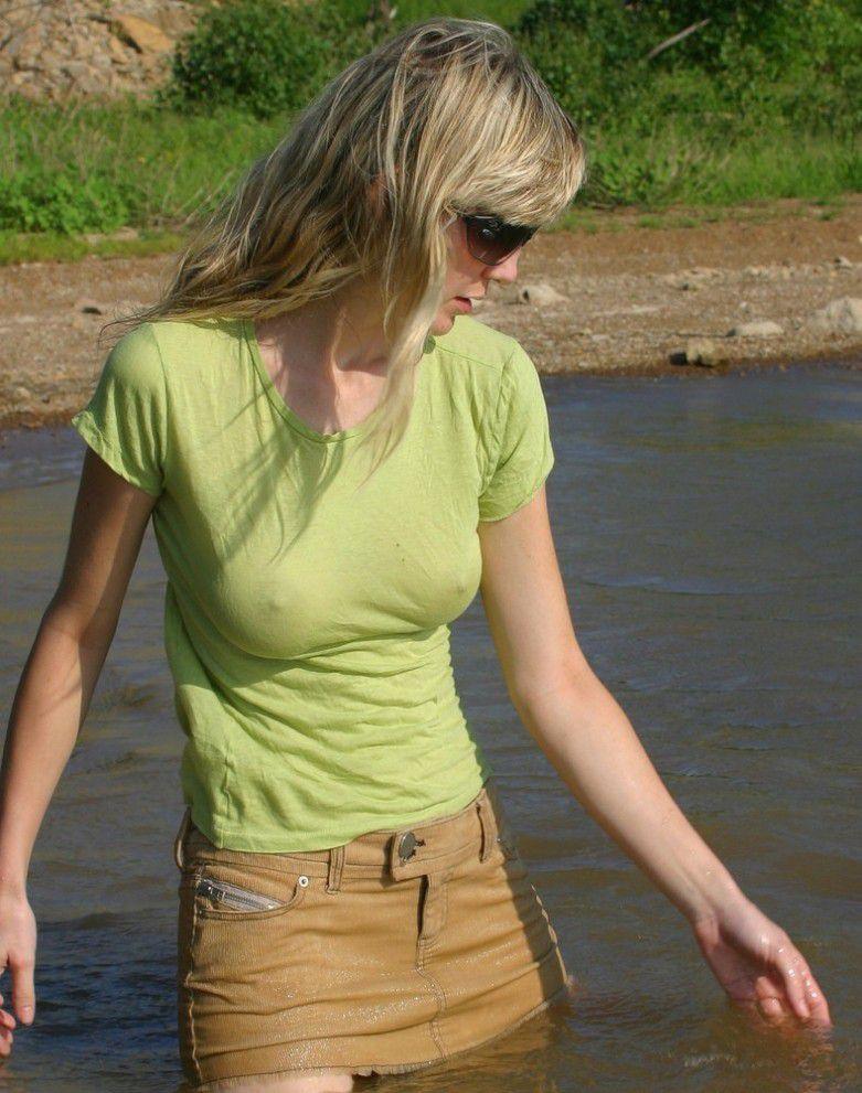 【海外エロ画像】ノーブラにシャツ1枚で濡れるから…乳首浮き透けお姉さんたちwww 03