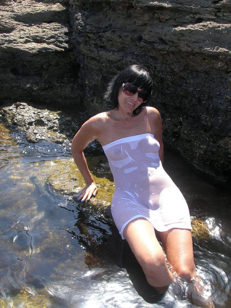 【海外エロ画像】ノーブラにシャツ1枚で濡れるから…乳首浮き透けお姉さんたちwww 09