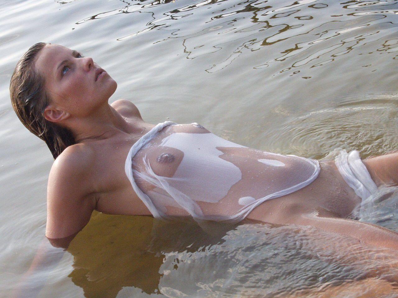 【海外エロ画像】ノーブラにシャツ1枚で濡れるから…乳首浮き透けお姉さんたちwww 10