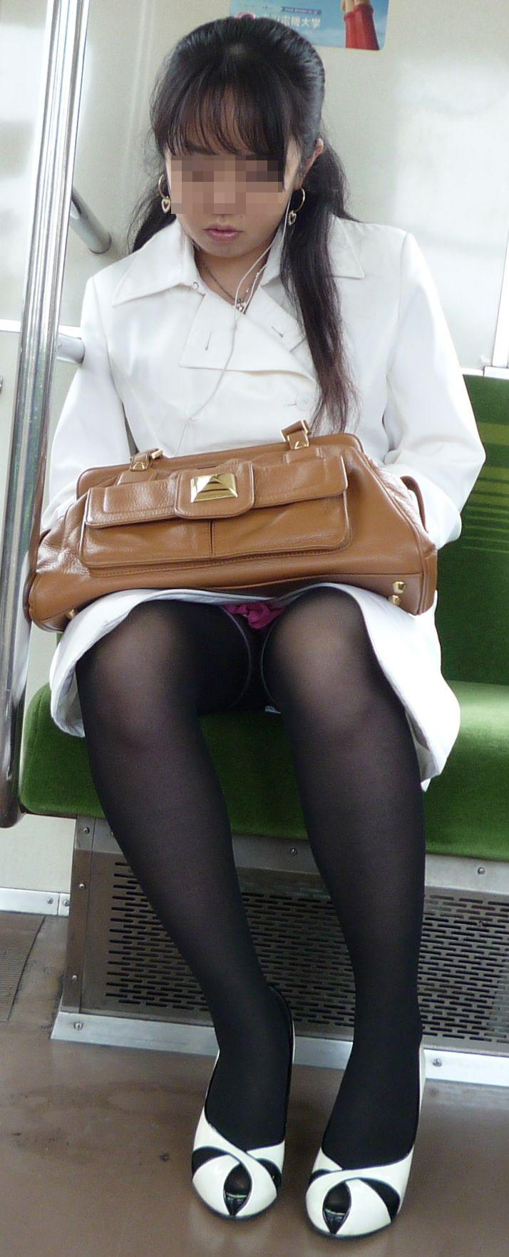 【パンチラエロ画像】対面さえとれば後はこっそり…電車内のパンチラ観察www 13