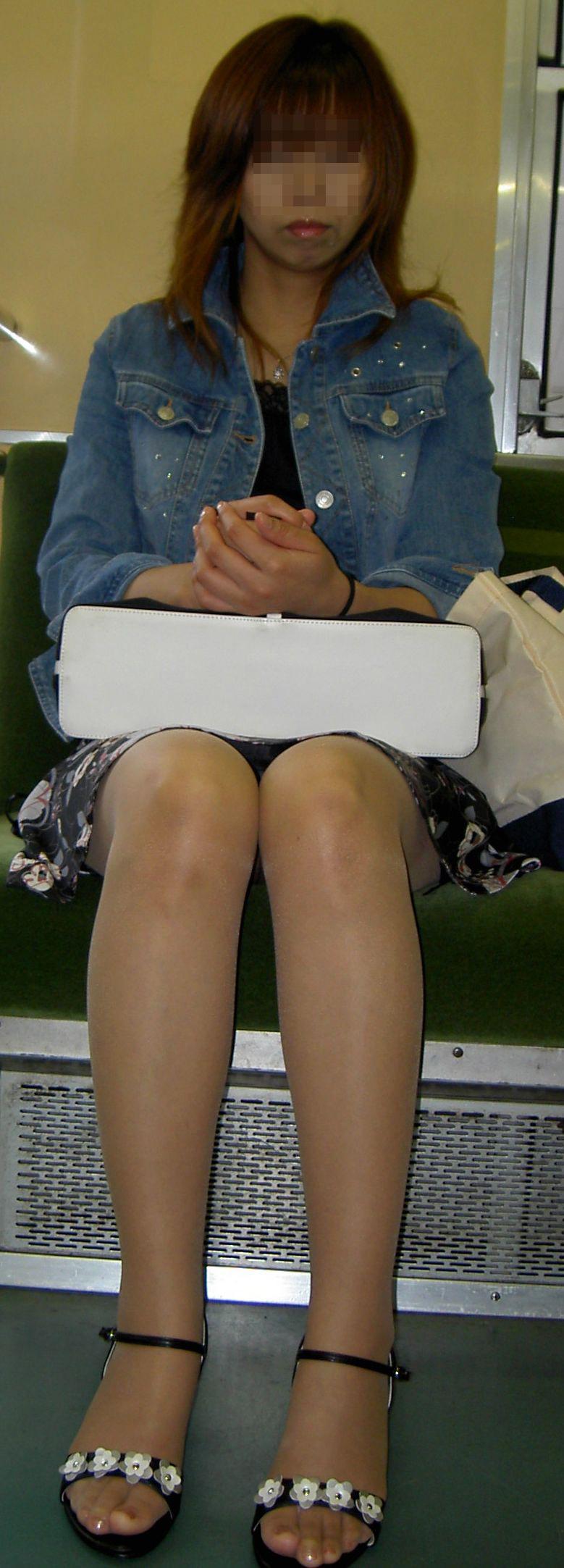 【パンチラエロ画像】対面さえとれば後はこっそり…電車内のパンチラ観察www 16
