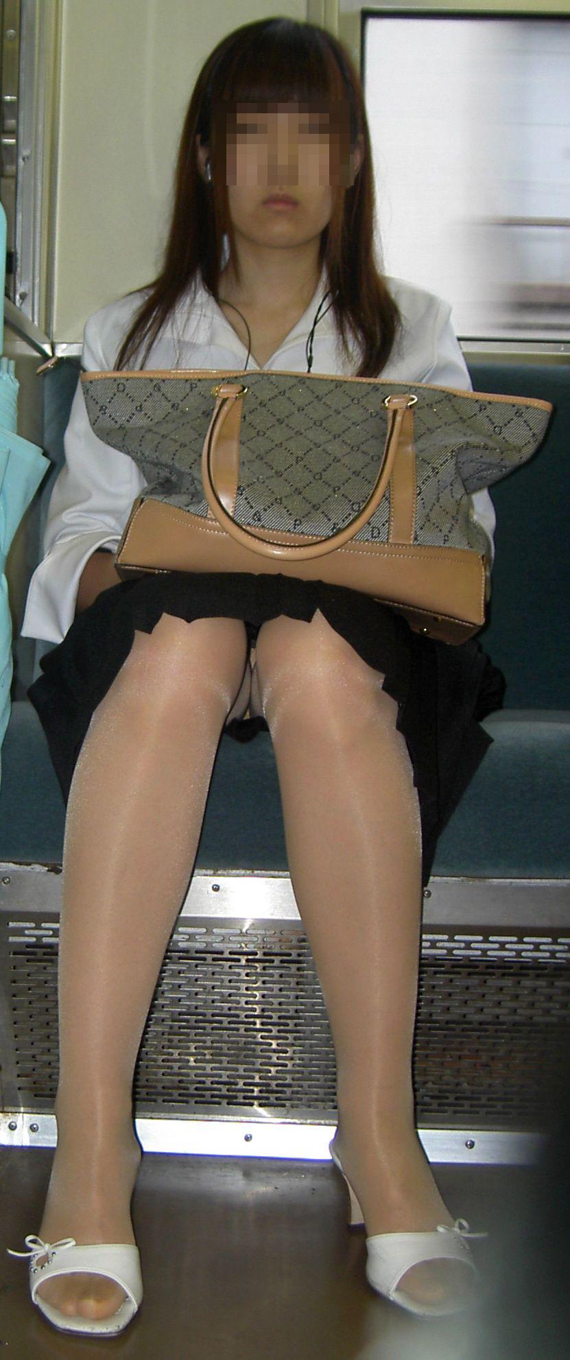 【パンチラエロ画像】対面さえとれば後はこっそり…電車内のパンチラ観察www 17