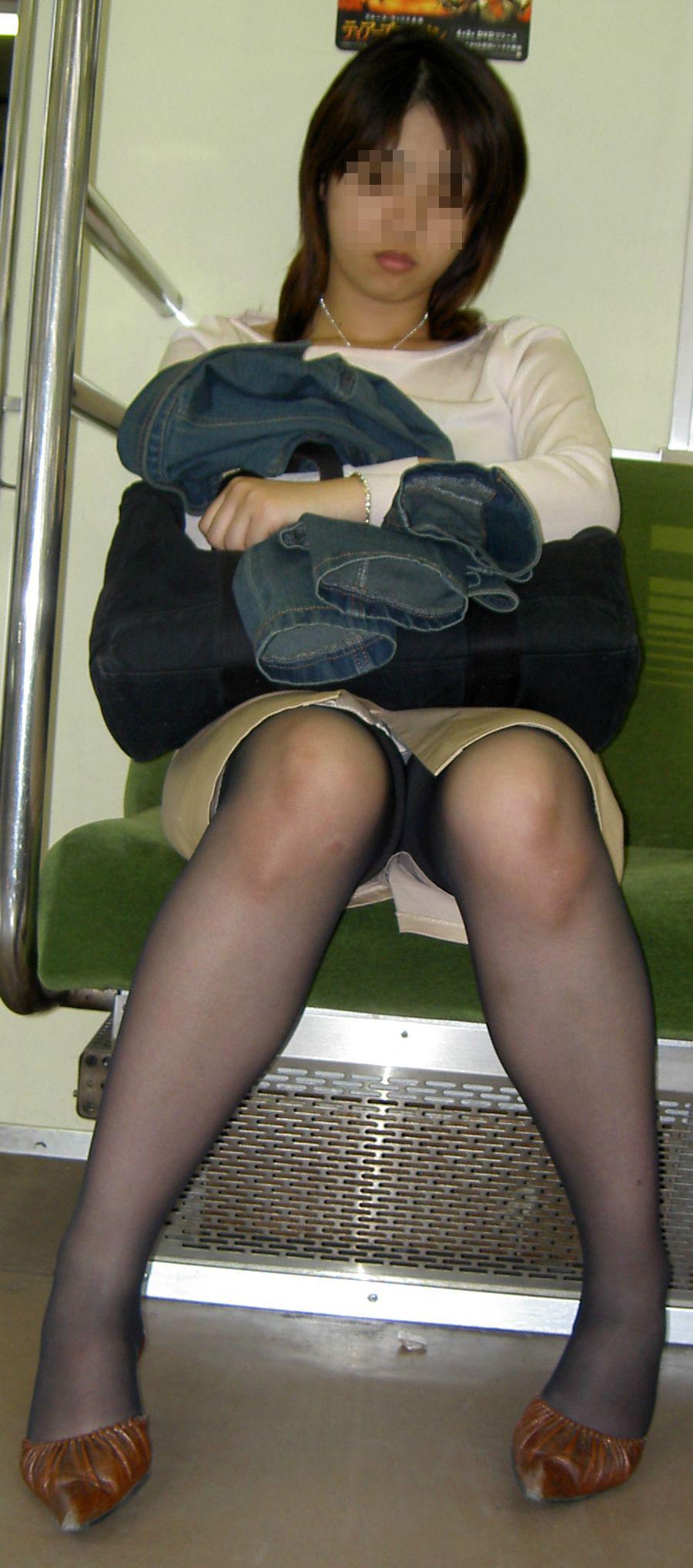 【パンチラエロ画像】対面さえとれば後はこっそり…電車内のパンチラ観察www 18