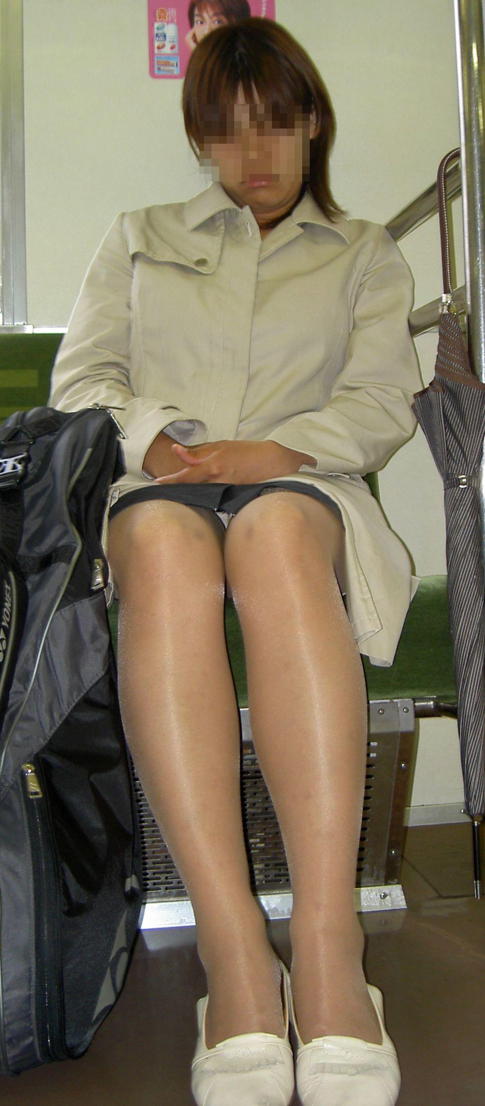 【パンチラエロ画像】対面さえとれば後はこっそり…電車内のパンチラ観察www 20
