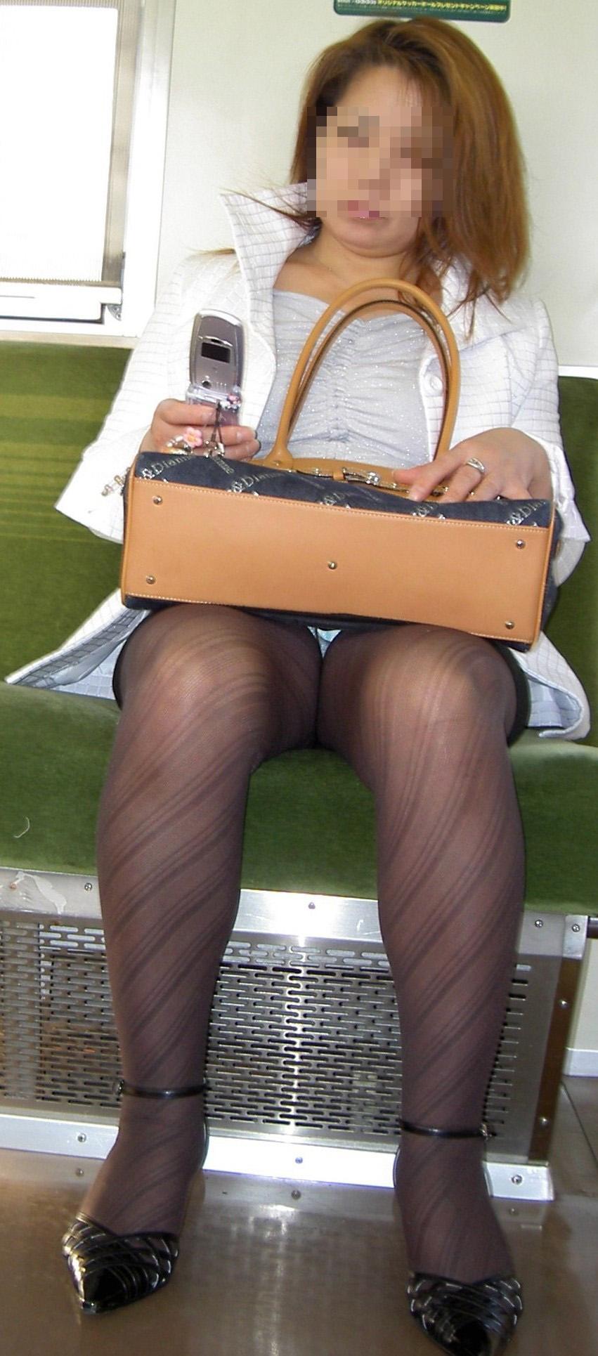 【パンチラエロ画像】対面さえとれば後はこっそり…電車内のパンチラ観察www 21