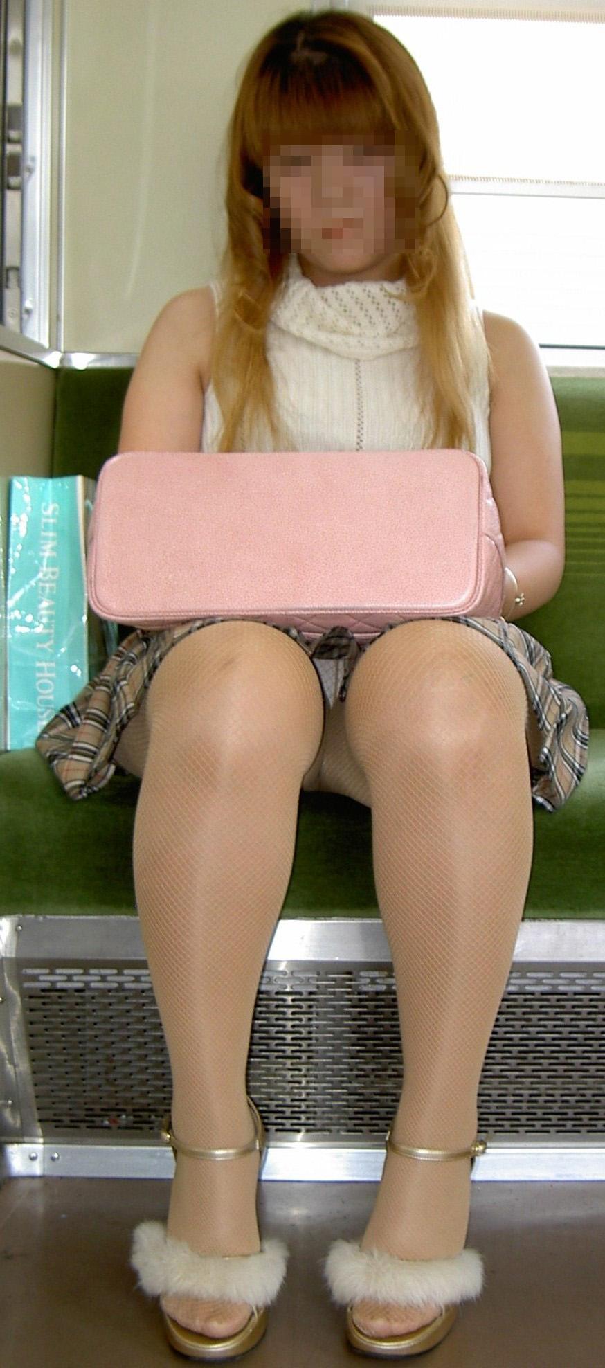 【パンチラエロ画像】対面さえとれば後はこっそり…電車内のパンチラ観察www 23