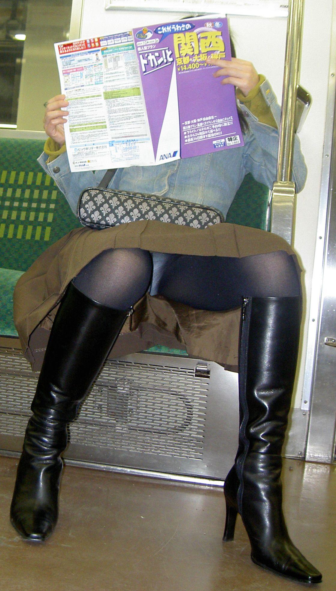 【パンチラエロ画像】対面さえとれば後はこっそり…電車内のパンチラ観察www 24